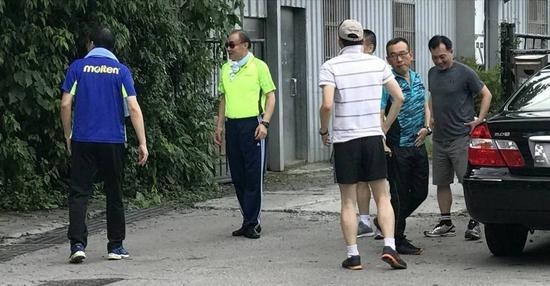 """台当局""""国防部长""""冯世宽率众在台北市大湖公园登山,被国民党发言人李明贤助理目击。(图片取自台媒)"""
