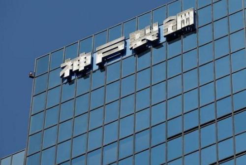 资料图:神户制钢所总部大楼上的企业标志(图片来源:路透社)