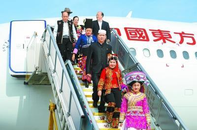 十月十六日,来自云南省的党的十九大代表乘飞机抵达首都国际机场。新华社记者殷刚摄
