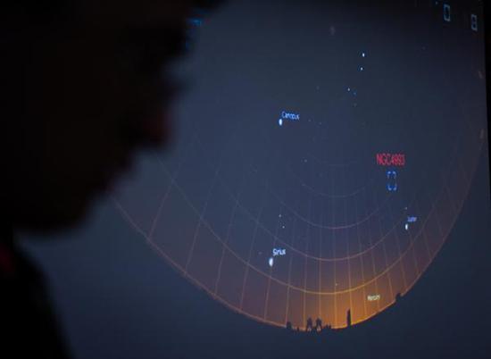 10月16日,在位于南京市之中科院紫金山地理台举行之旧事公布会现场,中科院紫金山地理台事情职员展现2017年8月18日南极巡天望远镜AST3-2观察窗口期观察引力波光学对应体模仿演示图片。新华社 图