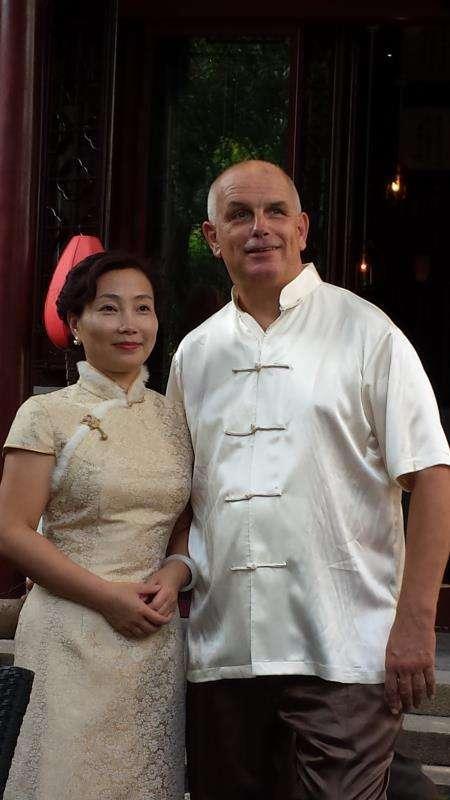 安大陆与妻子合影。(照片由安大陆提供)