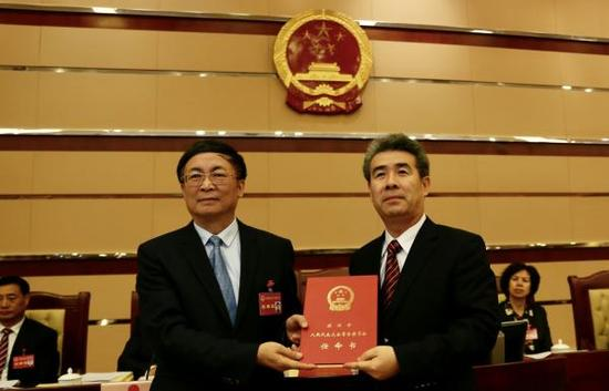 10月17日,深圳市六届人大常委会第二十次集会表决通过,刘庆生(右)获任深圳市人民政府副市长。读特 图