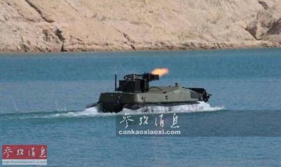 """资料图:俄军""""阿尔戈""""轮式无人战车水中开火。"""