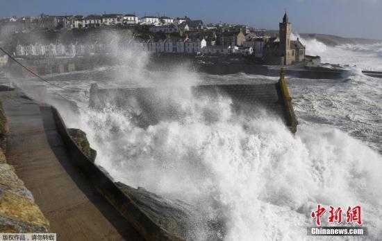 """据英国气象局测报,在大西洋生成的飓风""""奥菲利娅"""",风力3级,以最高达每小时130公里的风速,从英国北部爱尔兰登陆。"""