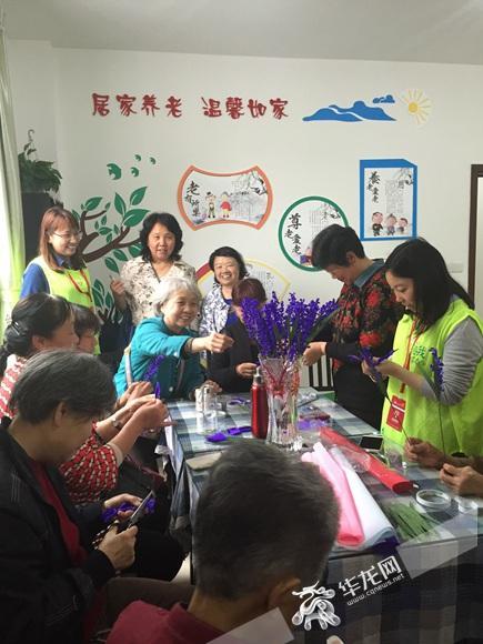 在凤天路社区养老服务站,社工们教老人编织薰衣草。 凤天路社区供图 华龙网发