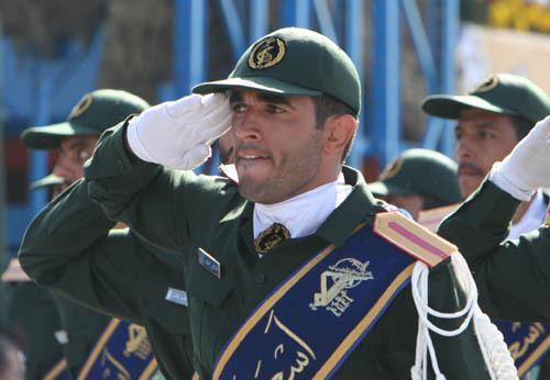 阅兵中的伊朗伊斯兰革命卫队士兵。资料图