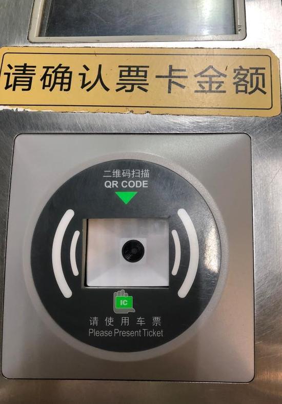 """10月18日,上海地铁长寿路站,澎湃新闻记者看到多个闸机多了""""二维码扫描""""。 澎湃新闻记者 陈逸欣 图"""
