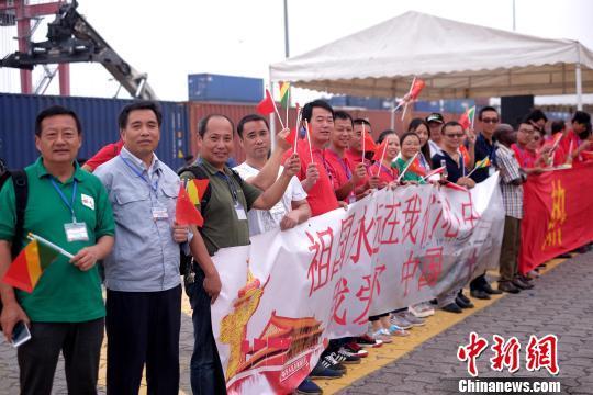 在刚果(布)黑角港码头,中资企业员工、华侨华人等挥舞中刚两国国旗,送别中国水师宁静方舟医院船。 山河 摄