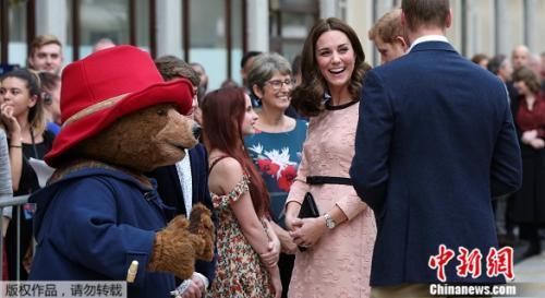 16日,英国威廉王子、凯特王妃和哈利王子现身英国伦敦帕丁顿火车站,出席慈善活动。