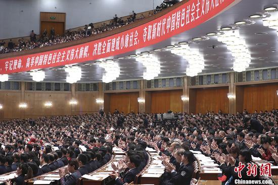 10月18日,中国共产党第十九次天下代表大会在北京人民大礼堂开幕。习近平代表第十八届中央委员会向大会作了题为《决胜周全建成小康社会 争取新时代中国特色社会主义伟大胜利》的陈诉。 中新社记者 盛佳鹏 摄