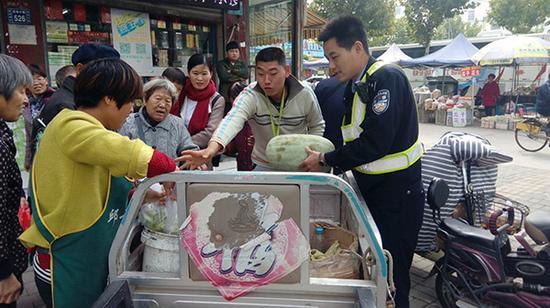 围观群众掏钱买下老人的菜。 本文图片均为受访者供图