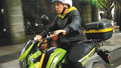 训练到饭点,刘勇森开着摩托送外卖