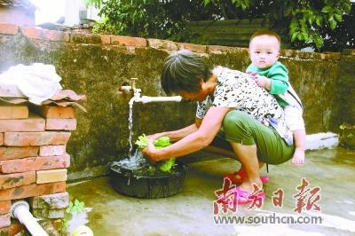 惠州惠阳区镇隆镇实现村村通自来水后,村民在家门口用自来水洗菜。惠州水务局供图