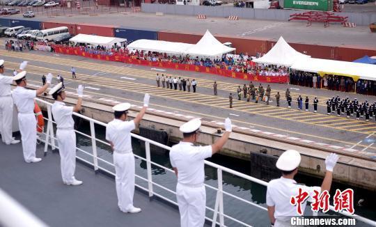 中国水师宁静方舟医院船徐徐驶离刚果(布)黑角港时,水师官兵向欢送人群挥手离别。 山河 摄