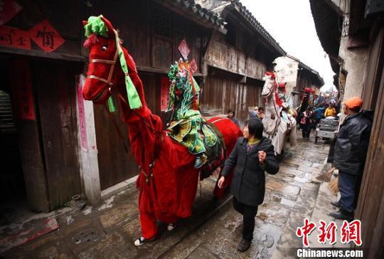 """南京高淳漆桥村内演出当地民俗""""大马灯""""。 泱波 摄"""