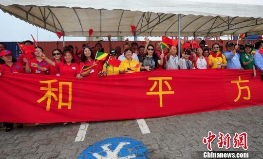 中资企业员工、华侨华人等挥舞中刚两国国旗,送别中国水师宁静方舟医院船。 山河 摄