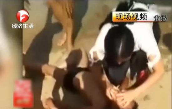 一名白衣女子立即对孩子进行了抢救,孩子终于苏醒。 本文图片均为安徽电视台经济生活频道报道截图
