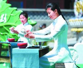 北京八大处中国园林茶文化节开幕式上,来自老舍茶室的茶艺师在举行茶艺演出。