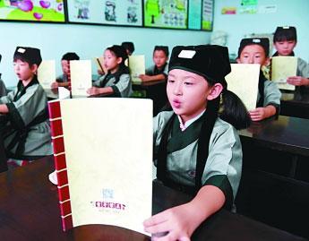 河北省邢台市桥东区文化馆里,孩子们在兴趣特色培训班上诵读。
