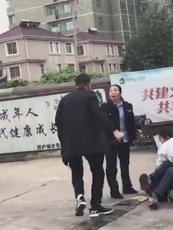 女辅警李庆祝从私家车上冲下来,大声喝止并推开身高超过一米八的歹徒。 视频截图