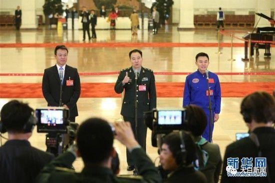 赵宏博、景海鹏、唐嘉陵代表(自左至右)接受采访(图/新华社)