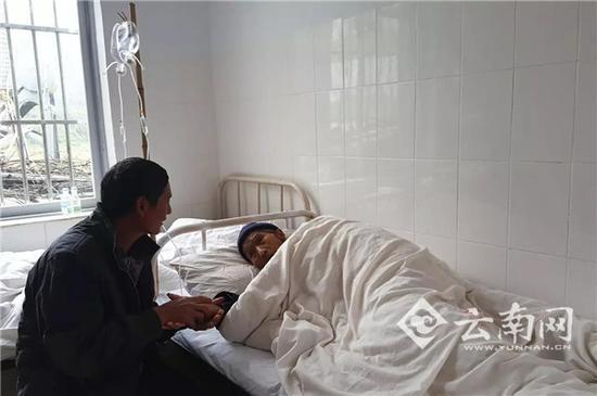 汪克武陪伴在目前病床前。 刘苏瑶 摄