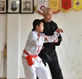 山东青岛:七旬老人练螳螂拳60年 学生遍布全世界