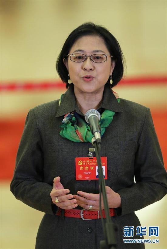 开幕会前,卢丽安代表接受采访。 新华社记者 殷刚 摄