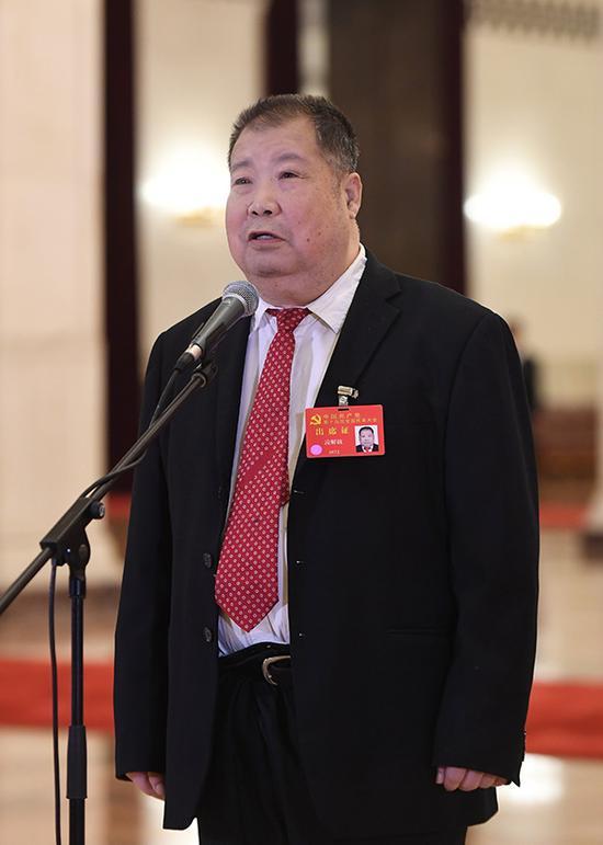 凌解放代表接受采访。新华社 图