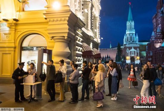资料图:今年9月,莫斯科安全部门就曾接到匿名电话,称莫斯科市内的火车站、购物中心、学校、电影院等人员密集场所可能藏有炸弹。图为莫斯科红场,民众排队接受安全检查。