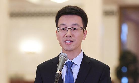 10月19日,中国共产党第十九次天下代表大会代表徐川在北京人口民大礼堂承受采访。新华社 图