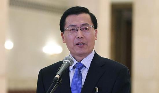 10月19日,中国共产党第十九次天下代表大会代表王立平在北京人民大礼堂接受采访。新华社 图
