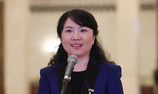 10月19日,中国共产党第十九次天下代表大会代表李媛在北京人民大礼堂接受采访。新华社 图