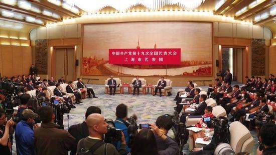 韩正说,最为期待的,是上海这座社会主义现代化国际大都市的综合地位、软实力进一步提升,上海市民更加幸福美满。