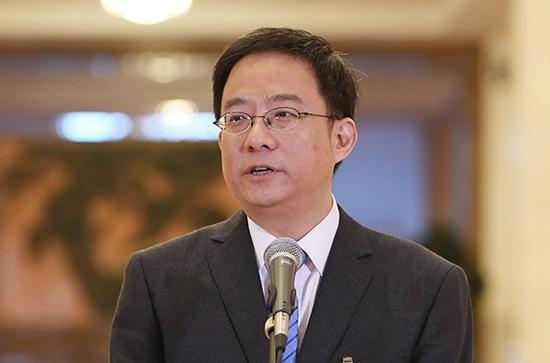 10月19日,中国共产党第十九次全国代表大会代表黄一兵在北京人民大会堂接受采访。新华社 图