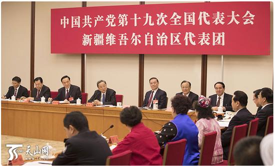 10月18日,党的十九大新疆代表团讨论习近平同志代表第十八届中央委员会向大会所作的陈诉,俞正声同志到场讨论。新疆日报记者崔志坚摄
