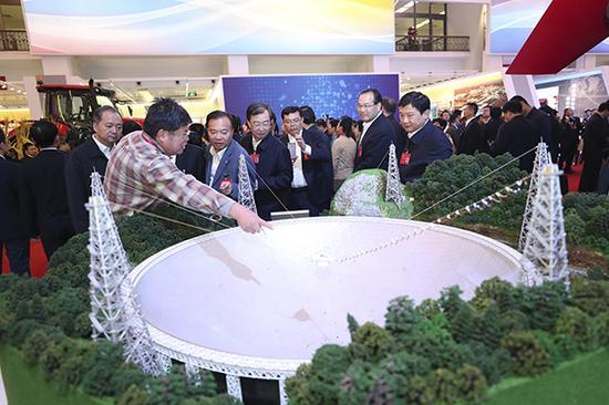 """10月19日晚,2000余名党的十九大代表陆续来到北京展览馆观光""""砥砺奋进的五年""""大型成就展。"""
