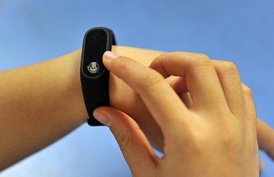 """""""智能手环""""针对乳腺癌术后患者,可实时收集患者运动和睡眠信息,并将数据反馈至医院平台。复旦大学附属肿瘤医院 供图"""
