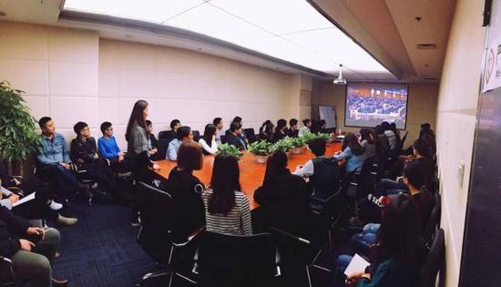 图:速途网络北京总部组织主干员工寓目十九大开幕式