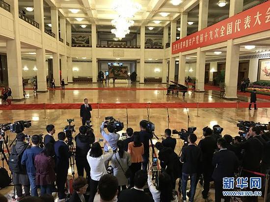 """10月18日,十九大""""党代表通道""""第一场采访活动在人民大会堂一楼中央大厅北侧举办。"""