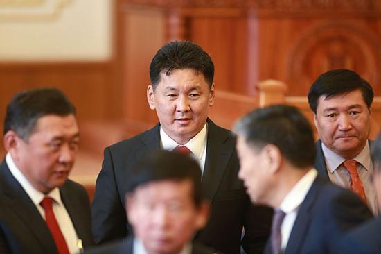 蒙古国总理呼日勒苏赫(中)。视觉中国 资料