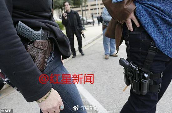 调查报告显示,美国约有300万人每天携带上膛枪支出门 图据《每日邮报》