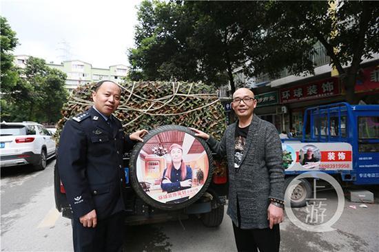 李成敏(右)和帮助他创业的民警张旭东(左)。