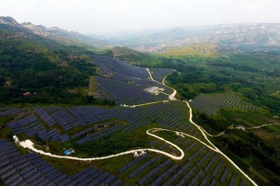 图为2017年8月17日航拍的华能淄博博山光伏电站。据悉,该电站于2016年5月实现并网发电,每年可为淄博市淘汰二氧化碳排放1.07吨、淘汰二氧化硫排放77.64吨。新华社记者 郭绪雷 摄