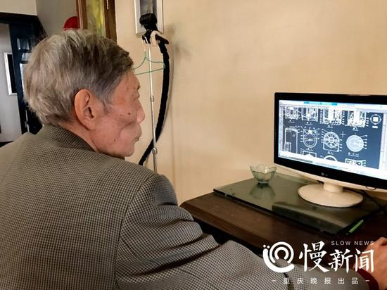 老人用电脑软件绘制平面设计图