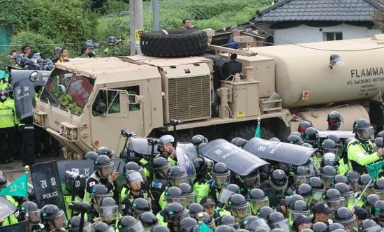 """2017年9月7日,在韩国庆尚北道星州郡,""""萨德""""相关配备被运往摆设地。新华社记者姚琪琳摄"""