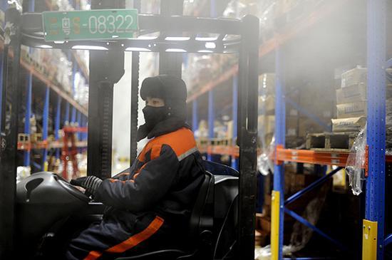 东莞冻库工人。 视觉中国 资料图