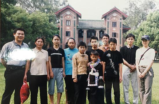 2003年,受资助孩子在广州游玩时参观中大校园。本文图片均来自 澎湃新闻记者 陈绪厚 摄