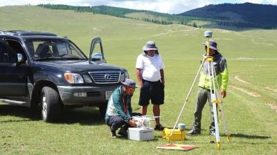 中蒙考古人员实地勘测。