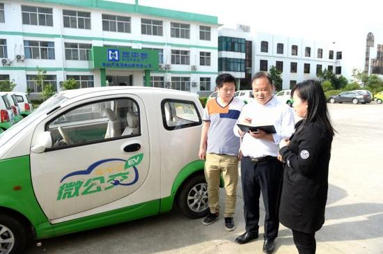 江苏如皋市民在新能源电动汽车出租点管理微公交出租手续。 新华社发